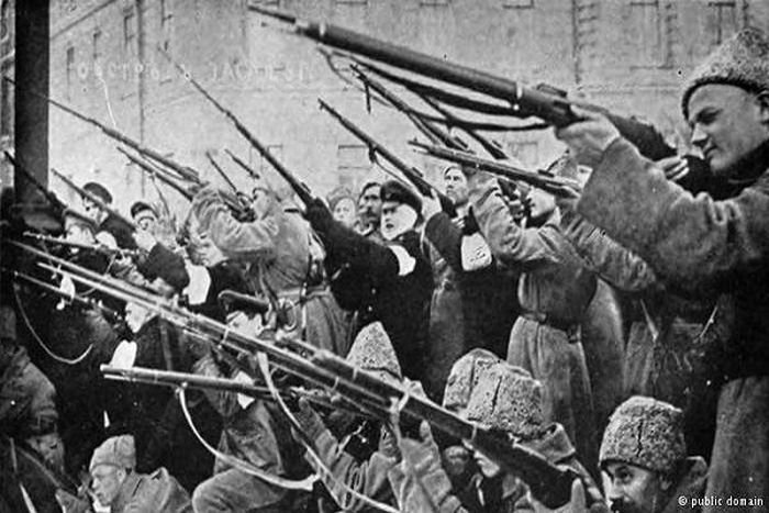 「十月革命」等共產革命都是靠暴力起家的,因此得逞以後它也必然要依靠暴力維持,一刻也離不開暴力。(資料圖片)