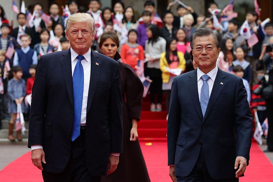 美國總統特朗普周六(4月28日)表示,他與南韓總統文在寅進行了一次非常好的長時間通話,為即將到來的特金會做準備。圖為2017年美國總統特朗普訪問南韓資料圖片。(Chung Sung-Jun/Getty Images)