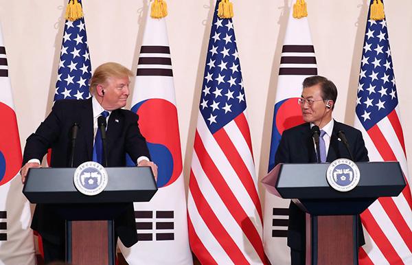 星期二(11月7日)下午,抵南韓首爾訪問的美國總統特朗普與南韓總統文在寅舉行首腦會談後,召開聯合記者會。(Getty Images)