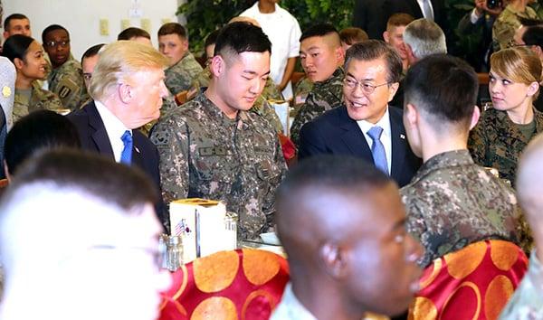 南韓總統文在寅提前到駐韓美軍基地漢弗萊營破格迎接特朗普,二人與兩國官兵共進午餐。(newsis)