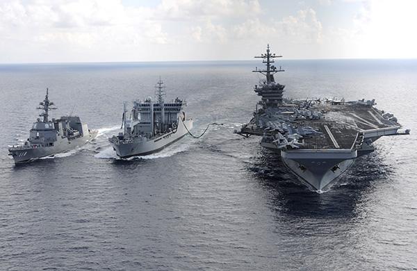 特朗普訪問亞洲時,美國三艘航空母艦戰鬥群將在未來幾天在西太平洋地區共同演習,規模罕見。圖為羅斯福號航母。(AFP)