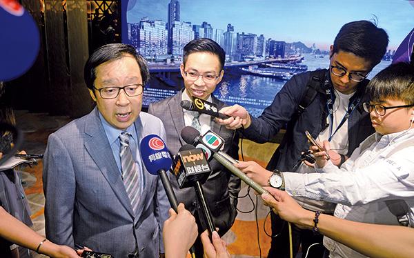 新地副董事總經理雷霆(左)表示,旗下北角住宅項目「海璇」將以招標形式發售,綜合發展區設有商場「北角匯」及海匯酒店。(宋碧龍/大紀元)