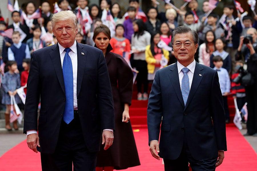 特朗普證實,南韓計劃從美國購買數十億美元的武器裝備,這將不僅幫助提升兩國軍事同盟的能力,還能削減美國的貿易赤字。(Chung Sung-Jun/Getty Images)