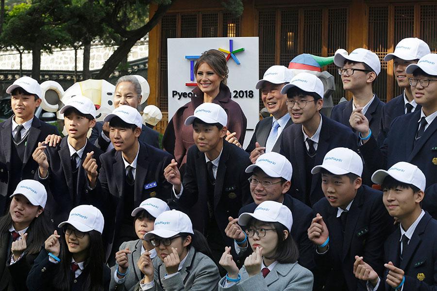 南韓很多推特用戶讚揚美國第一夫人與女孩和K-POP明星的互動,尤其是梅拉尼婭持久的微笑。(Ahn Young-joon – Pool/Getty Images)