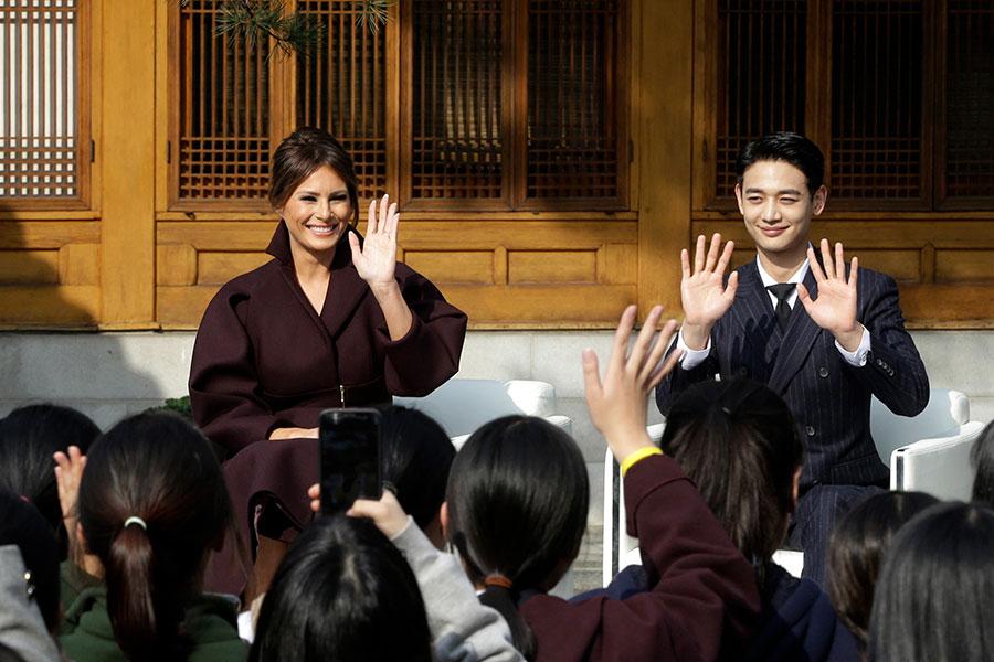 周二(11月7日),梅拉尼婭參加一項推廣冬季奧運會的活動,和一群身穿校服的南韓女孩會面,南韓明星崔珉豪(Chio Min Ho)也一起現身。(Ahn Young-joon – Pool/Getty Images)