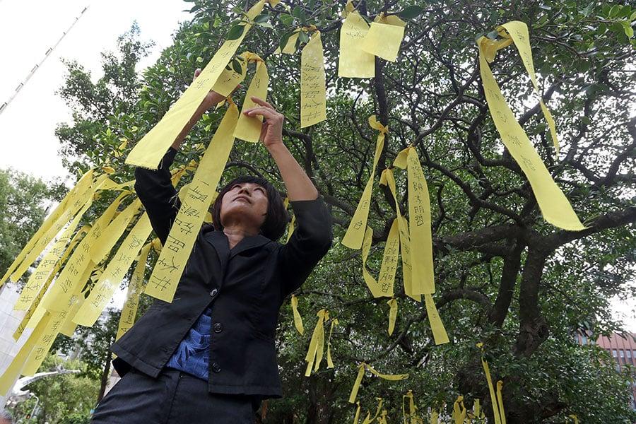 「李明哲救援大隊」7日發起黃絲帶綁樹行動,呼籲各地關心此案的民眾響應。(中央社)