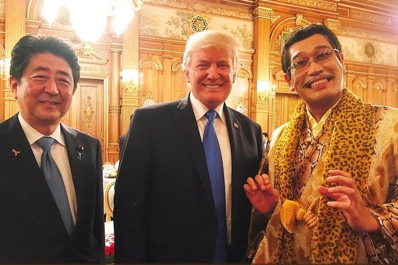 日本搞笑藝人PIKO太郎(右)因《PPAP》爆紅,連美國總統特朗普(中)的外孫女都曾錄製模仿影片。為此,本次特朗普造訪日本,PIKO太郎也獲邀出席迎賓晚宴。左為安倍總理。(PIKO太郎推特)