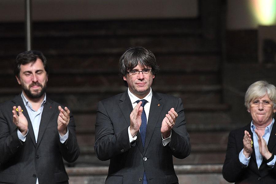 被革職的加泰羅尼亞自治區主席普伊格蒙特(中)獲釋後,7日晚在布魯塞爾首度現身,受到大批支持者熱情歡迎,他呼籲繼續捍衛加泰羅尼亞,同時他也要求歐盟應有所表態。(EMMANUEL DUNAND/AFP/Getty Images)