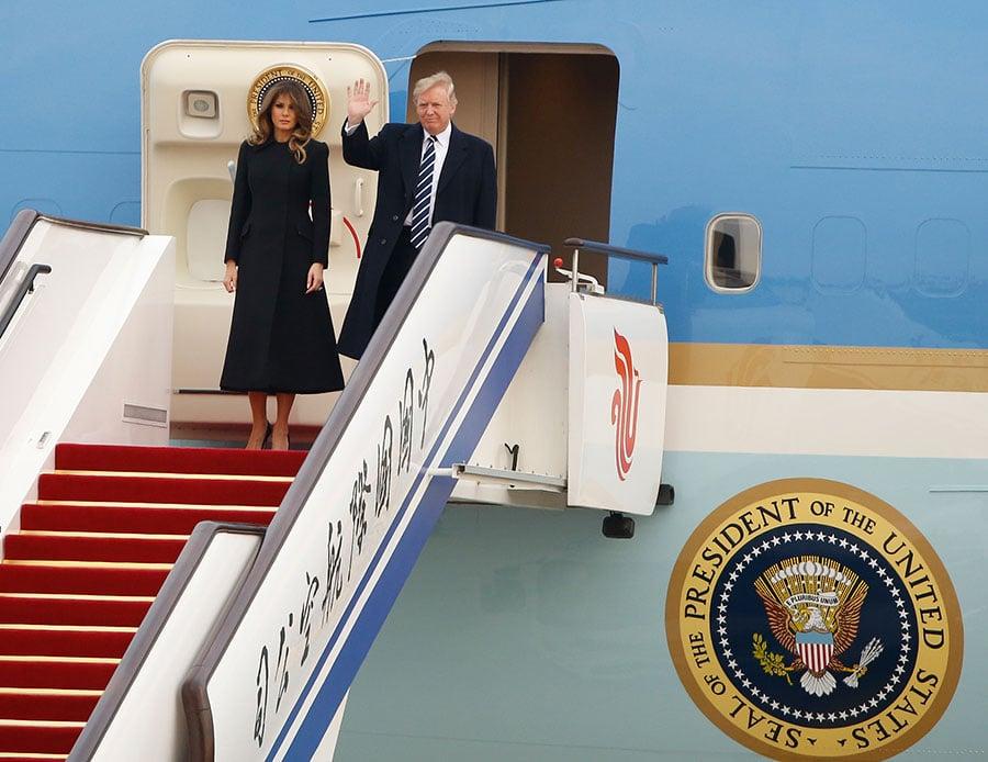 8日在北京即將登場的習特會,受到全球矚目。圖為特朗普今午抵達北京國際機場。(THOMAS PETER/AFP/Getty Images)