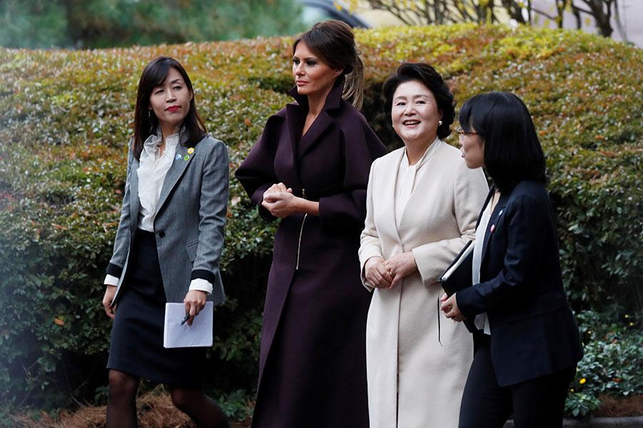 2017年11月7日,美國第一夫人梅拉尼婭與南韓第一夫人金正淑在青瓦台花園內散步。(JEON HEON-KYUN/POOL/AFP)