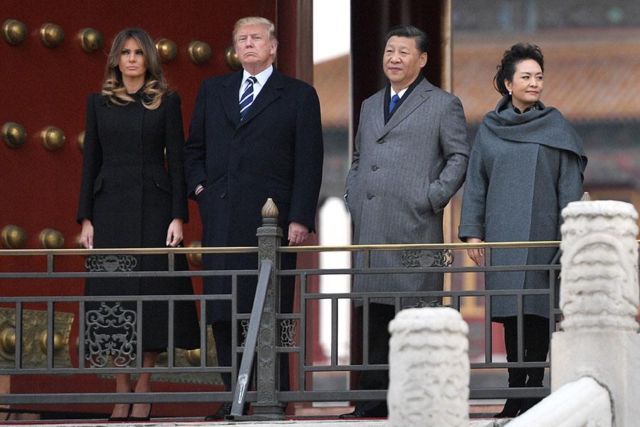 11月8日,特朗普夫婦抵達北京,梅拉尼婭穿上過膝黑色大衣,配黑色尖頭高跟鞋,端莊而不失時尚感。(JIM WATSON/AFP/Getty Images)
