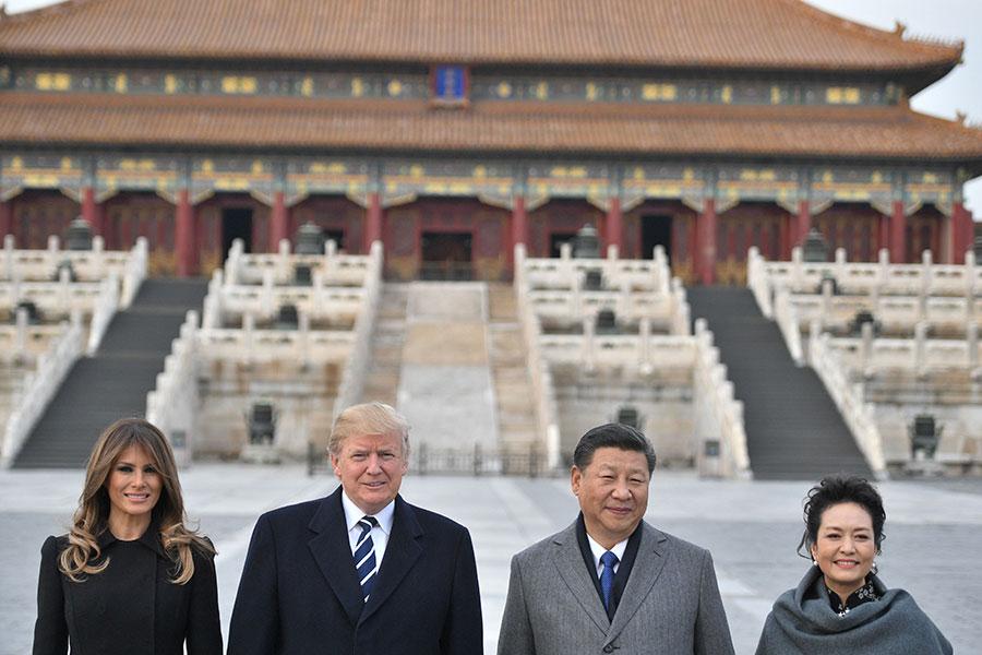 習近平夫婦與特朗普夫婦,參觀故宮前三殿,並在太和殿外合影。(JIM WATSON/AFP/Getty Images)