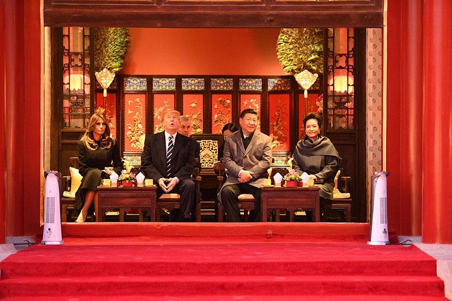 國家主席習近平(右二)與夫人彭麗媛(右一)2017年11月9日在北京故宮設宴款待美國總統特朗普夫婦(左二、左一)。(JIM WATSON/AFP/Getty Images)