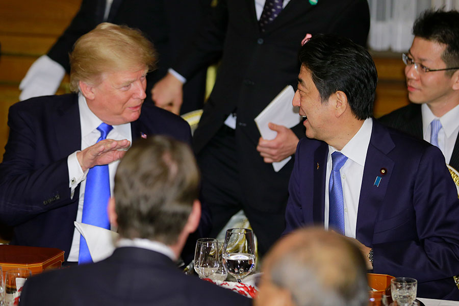 2017年11月6日,美國總統特朗普與日本首相安倍晉三出席晚宴。(Shizuo Kambayashi/POOL/AFP)