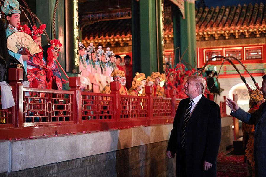 8日,習近平夫婦與特朗普夫婦在紫禁城暢音閣(Changyin Pavilion)閱是樓一起欣賞了三部京劇。(JIM WATSON/AFP/Getty Images)
