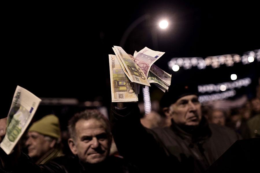 實施共產主義、社會主義的的國家,通常會採行高稅收、高福利的社會制度。學者表示,「最後都是沒錢了」,歐洲國家中的希臘就是最明顯的例子。圖為2016年領取養老金的退休人員在希臘雅典市中心抗議。(ARIS MESSINIS/AFP/Getty Images)
