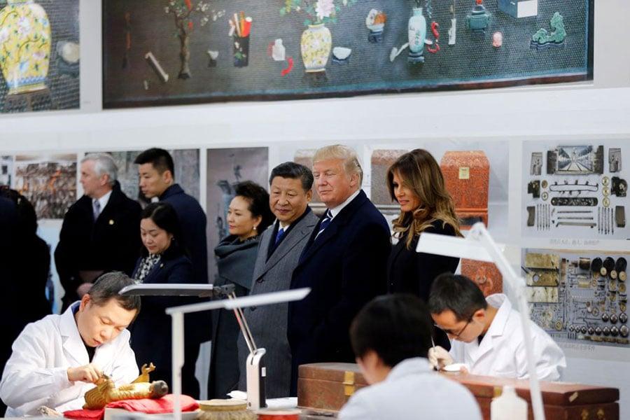 美國總統特普同第二夫人梅拉尼婭參觀故宮的文物保護科技實驗室。(JANDY WONG/AFP/Getty Images)