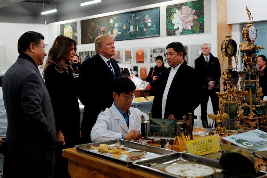 特朗普夫婦和習近平夫婦先後觀賞了鐘錶、木器、金屬器、陶瓷、紡織品、書畫等文物修復技藝展示,並共同觀看了珍品文物展。(ANDY WONG/AFP/Getty Images)