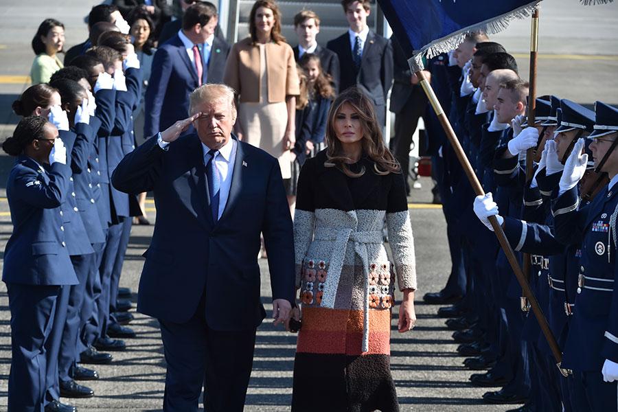 梅拉尼婭抵達日本時,穿的外套上面繡有似日本纓花的圖案。(Kazuhiro NOGI/POOL/AFP)