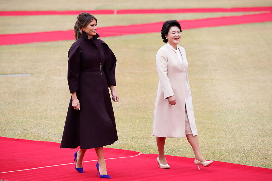圖為11月7日抵達南韓訪問的美國第一夫人梅拉尼婭和南韓第一夫人金貞淑在歡迎儀式上。(Chung Sung-Jun/Getty Images)