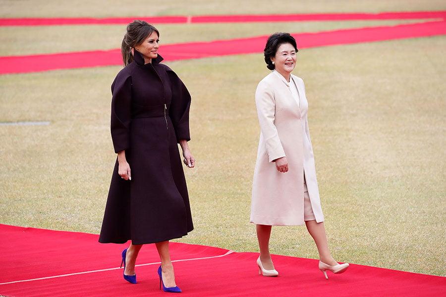 7日,梅拉尼婭抵達南韓訪問時,穿著一襲有蓬鬆袖子的褐色連衣裙。(Ahn Young-joon–Pool/Getty Images)