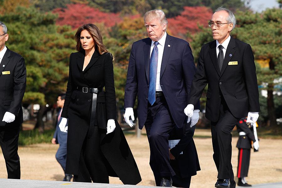 圖為11月8日特朗普和梅拉尼婭赴首爾國立顯忠院參拜和獻花。(Jeon Heon-Kyun-Pool/Getty Images)