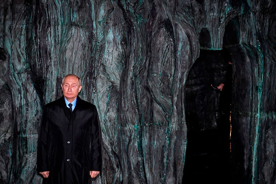 2017年10月30日,俄羅斯總統普京出席前蘇聯時期政治鎮壓受害者紀念碑「悲傷之牆」揭幕儀式。(ALEXANDER NEMENOV/AFP/Getty Images)