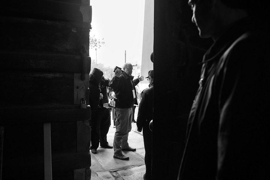 路透社攝影師Jonathan Earnst進入故宮前被安檢。(JIM WATSON/AFP/Getty Images)