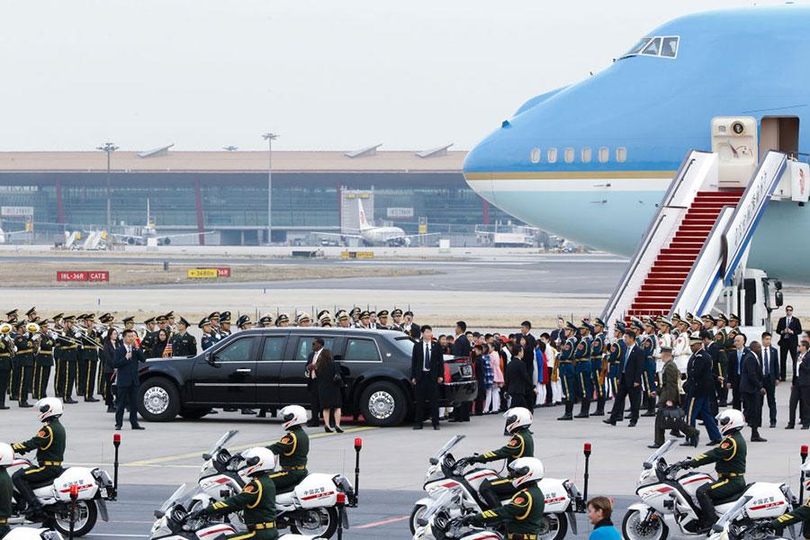 特朗普乘坐專車離開北京首都國際機場。(THOMAS PETER/AFP/Getty Images)