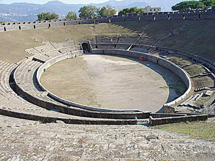 龐貝可容納12,000人的競技場。(網絡圖片)