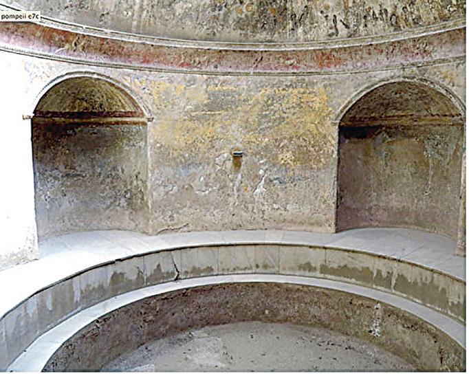 設有地面供暖系統的浴池分為冷水、暖水及熱水三種。(網絡圖片)