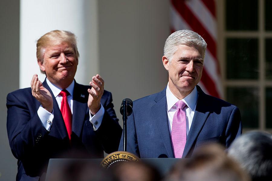 2018年是美國聯邦司法系統最具變革性的一年。在特朗普提名的戈薩齊(Neil Gorsuch )被確認為最高法院大法官之後,他再以創紀錄的速度填補低等聯邦法院的空缺。(Eric Thayer/Getty Images)