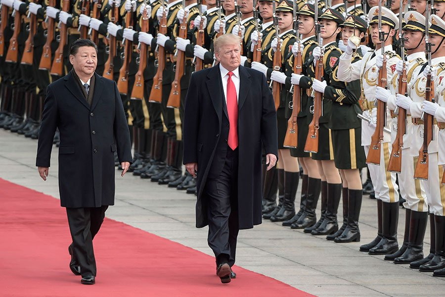 特朗普與習近平檢閱儀仗隊。(FRED DUFOUR/AFP/Getty Images)