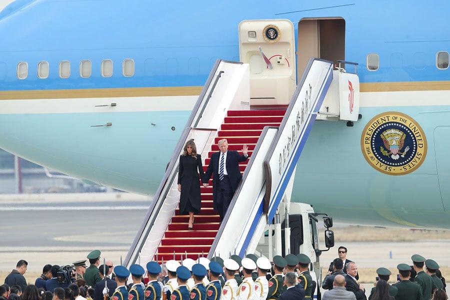 特朗普抵達北京首日,習近平為特朗普舉行私人宴會與非正式性會晤,引起外界關注。圖為特朗普夫婦走下飛機。(Lintao Zhang/Getty Images)