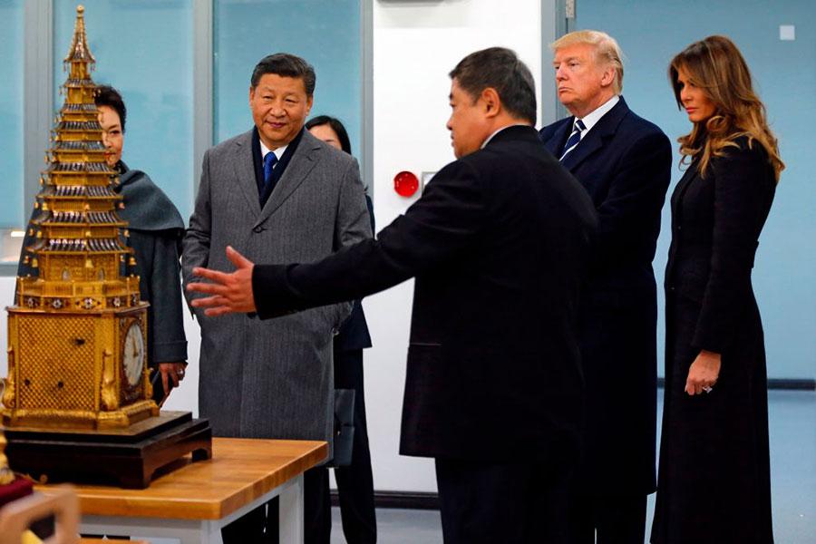 周三(11月8日)在特朗普剛到北京幾個小時後,媒體曝出,美國和中國公司簽署了19項商業合作協議,價值高達90多億美元。(ANDY WONG/AFP/Getty Images)