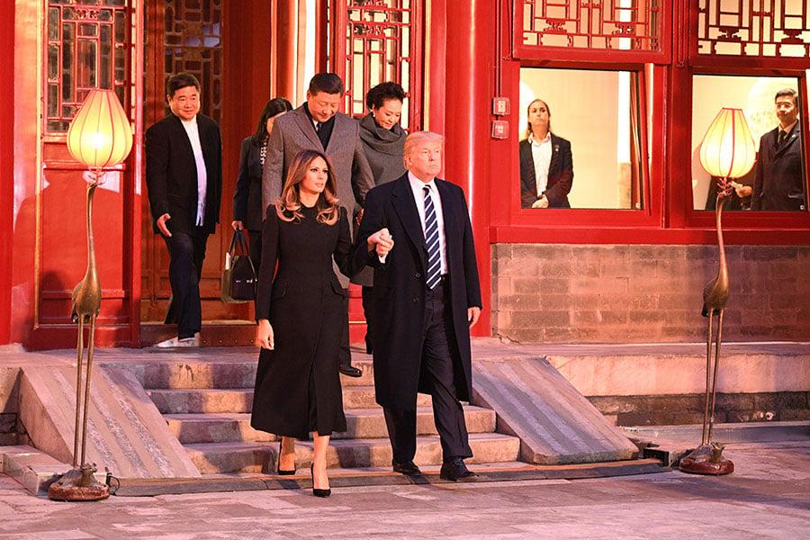 特朗普和第一夫人梅拉尼婭,在習近平伉儷的陪同下,參觀紫禁城。(JIM WATSON/AFP/Getty Images)