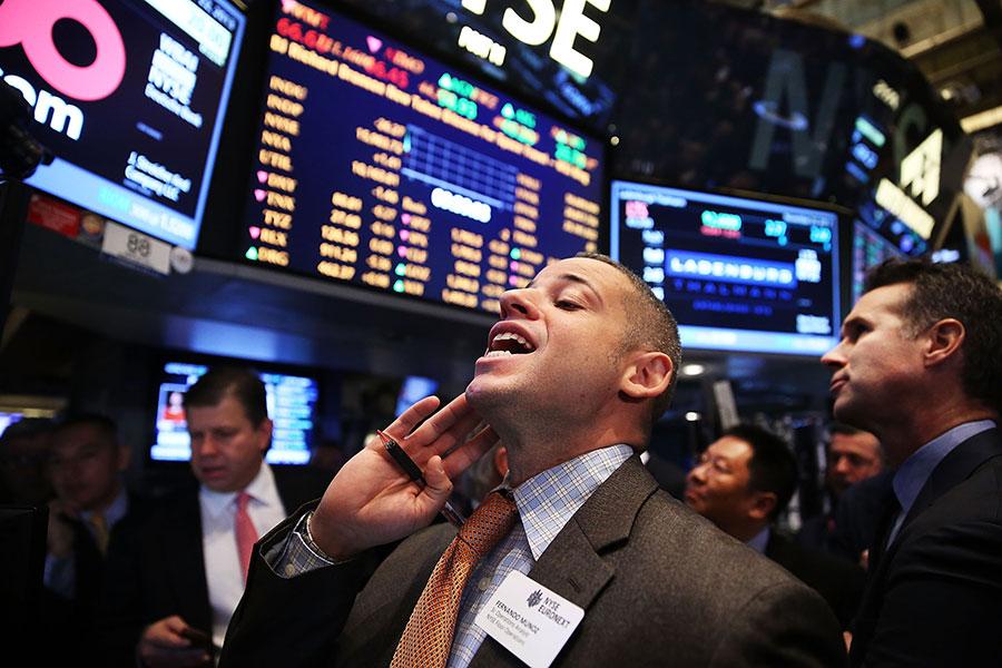 隨著中共政府鼓勵本國公司收購外國技術,同時隨著中國公司和富人積極的將財富轉移海外,中國對美國投資近年飆升。(Spencer Platt/Getty Images)