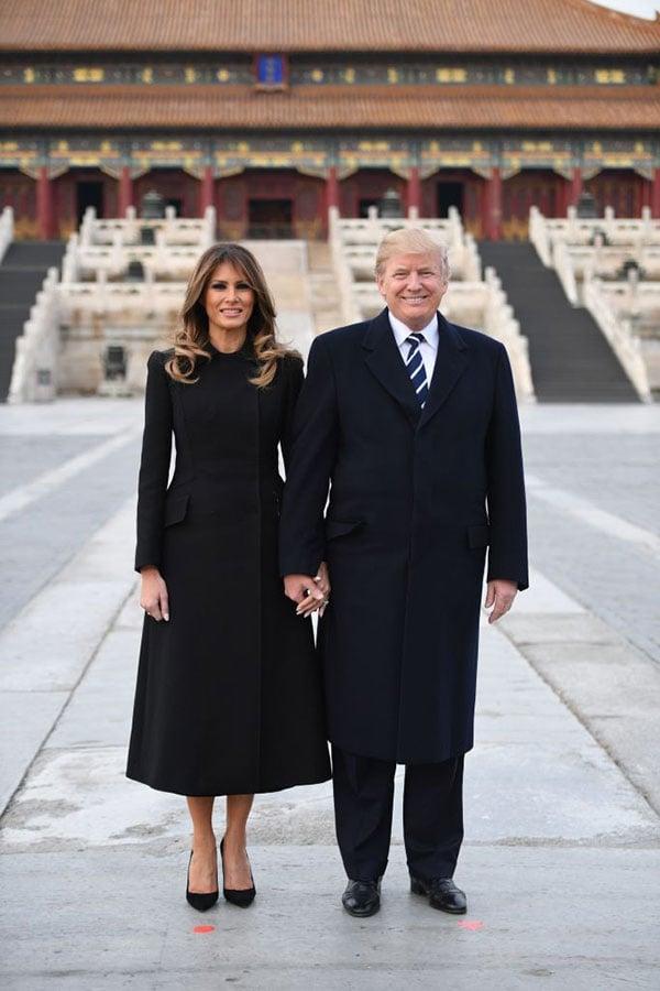特朗普夫婦在紫禁城太和殿前合影。(JIM WATSON/AFP/Getty Images)