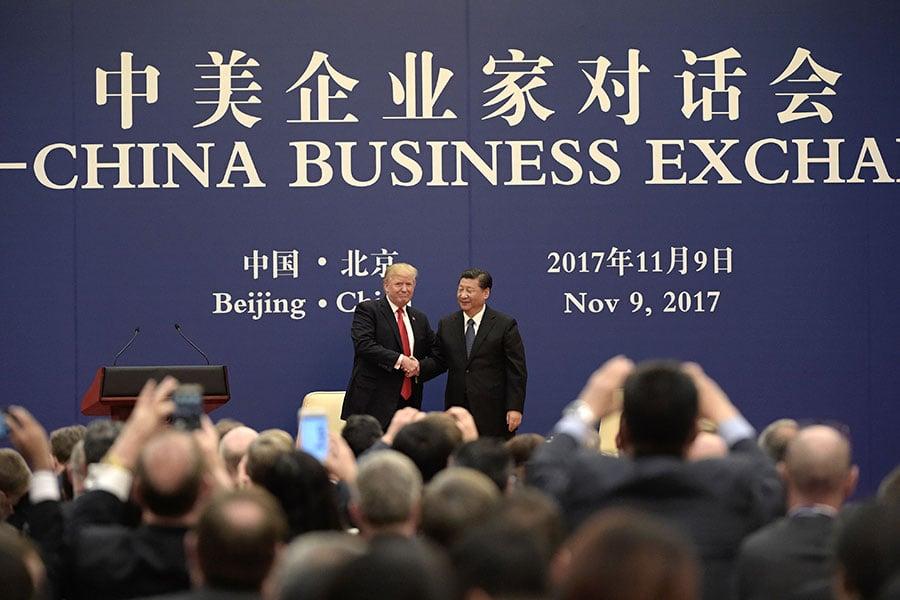 在中美貿易戰不斷升級之時,習近平日前承諾將在多個領域擴大開放。圖為特朗普和習近平出席2017年11月9日的一次商務會議。(AFP/Getty Images)