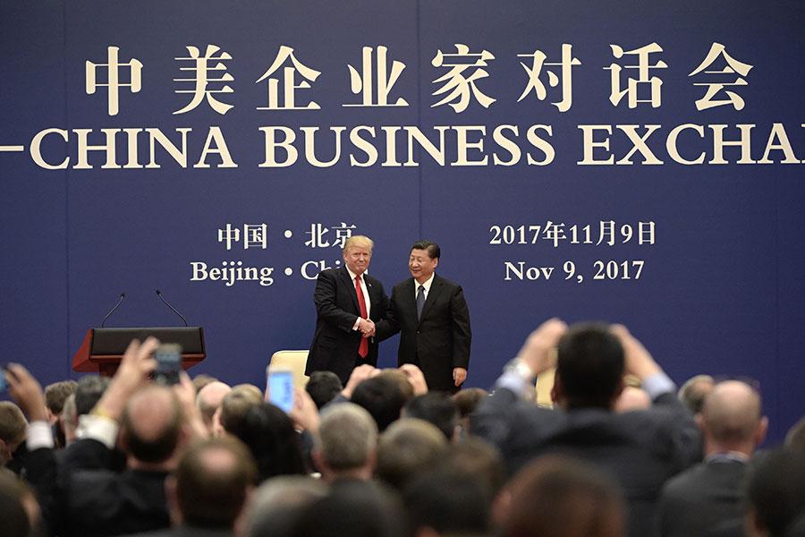特朗普與習近平出席中美企業家對話會。(FRED DUFOUR/AFP/Getty Images)