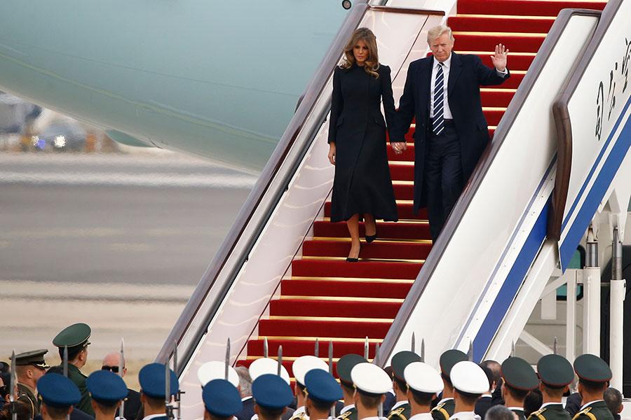 圖為10月8日下午,特朗普伉儷乘搭「空軍一號」抵達北京首都國際機場。(Thomas Peter-Pool/Getty Images)