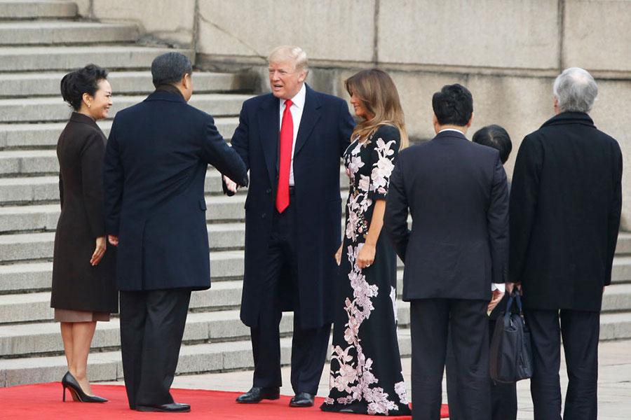 訪華第2天,11月9日,梅拉尼婭選擇了一條意大利品牌D&G的長裙,極具中國風味。(Thomas Peter – Pool/Getty Images)