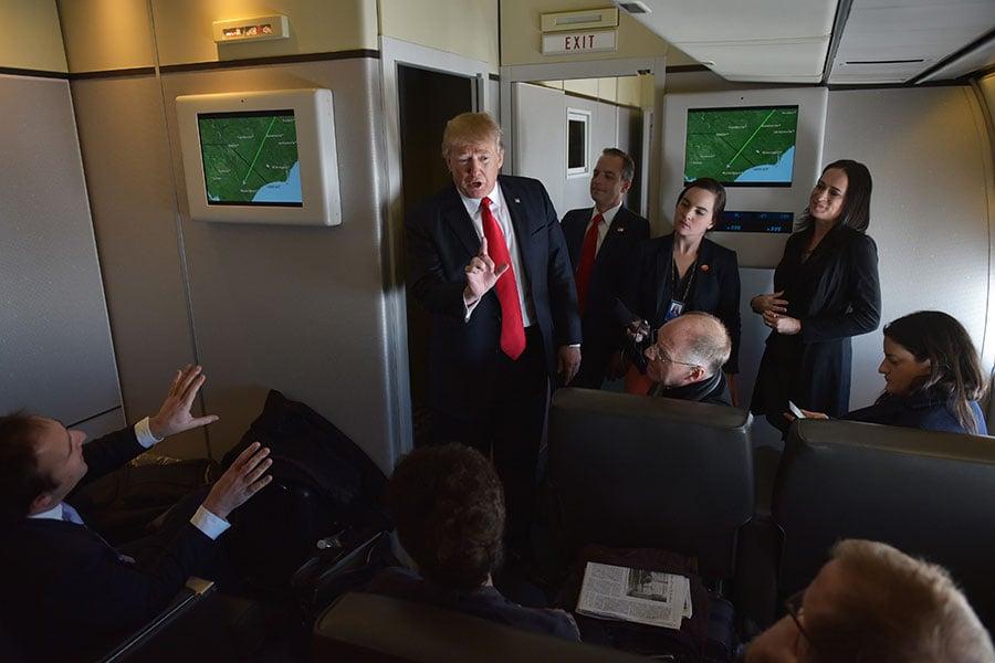 美國總統特朗普在周三(11月8日)飛抵北京。在空軍一號上,白宮資深官員答隨行記者問,有多處亮點。圖為示意圖。(LINTAO ZHANG/AFP/Getty Images)