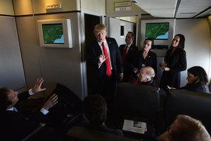 空軍一號飛北京途中 白宮官員透露甚麼給記者