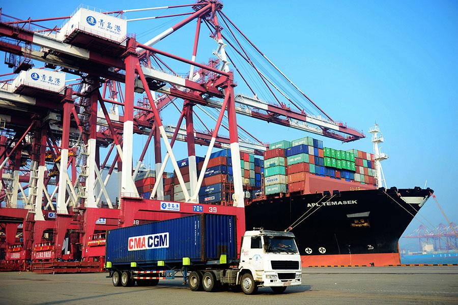 有大陸金融學者表示,中美貿易戰是中共用泡沫碰鋼針。(STR/AFP/Getty Images)