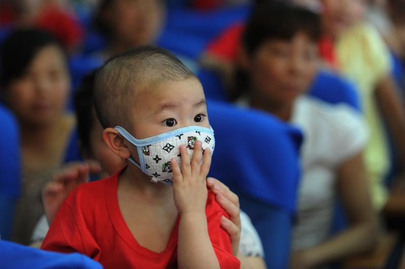 《彭博社》近日報道了合肥一些癌症患兒家庭的經歷,他們看著孩子受病痛折磨,卻因付不起醫藥費束手無策,令人反思中國醫療制度,以及污染所致癌症病例增加的顯示。圖為中國安徽合肥,醫院裏的一名罹患白血病的兒童。(STR/AFP/Getty Images)