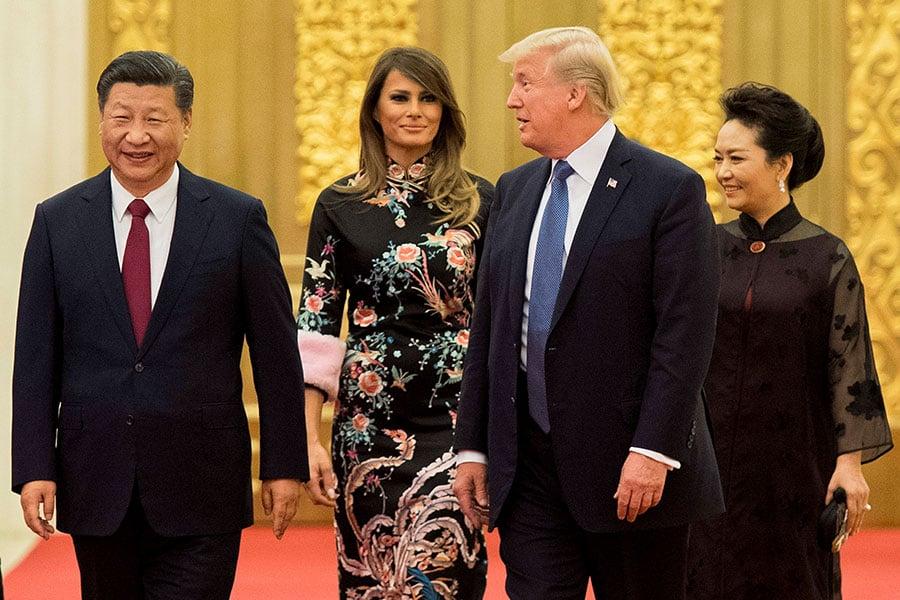 特朗普伉儷與習近平伉儷抵達人民大會堂宴會廳,準備參加晚上的國宴。(JIM WATSON/AFP/Getty Images)