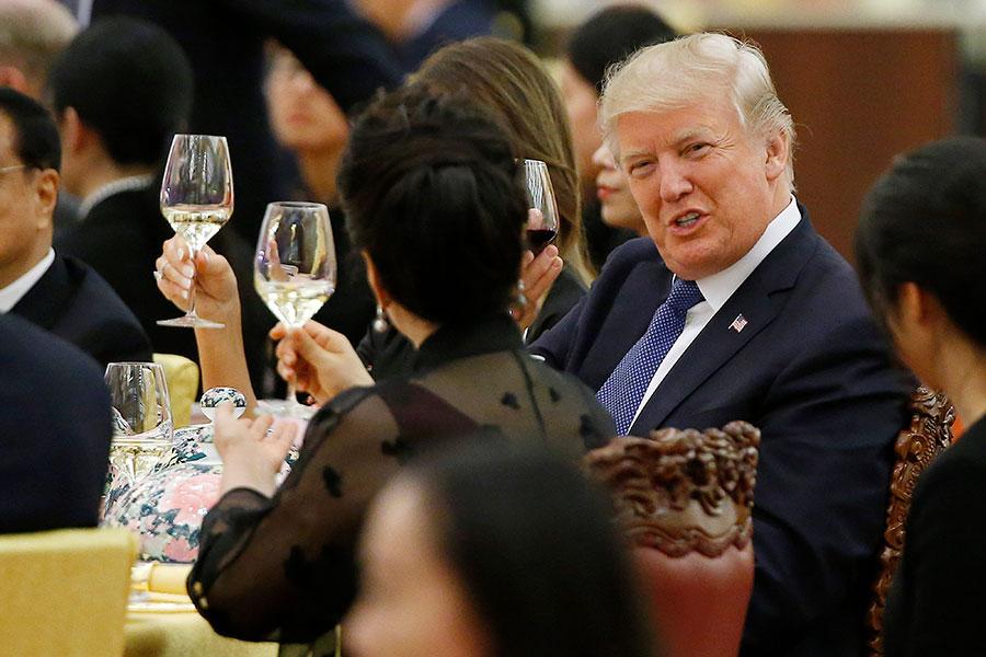 特朗普與習近平伉儷祝酒。(Thomas Peter - Pool/Getty Images)