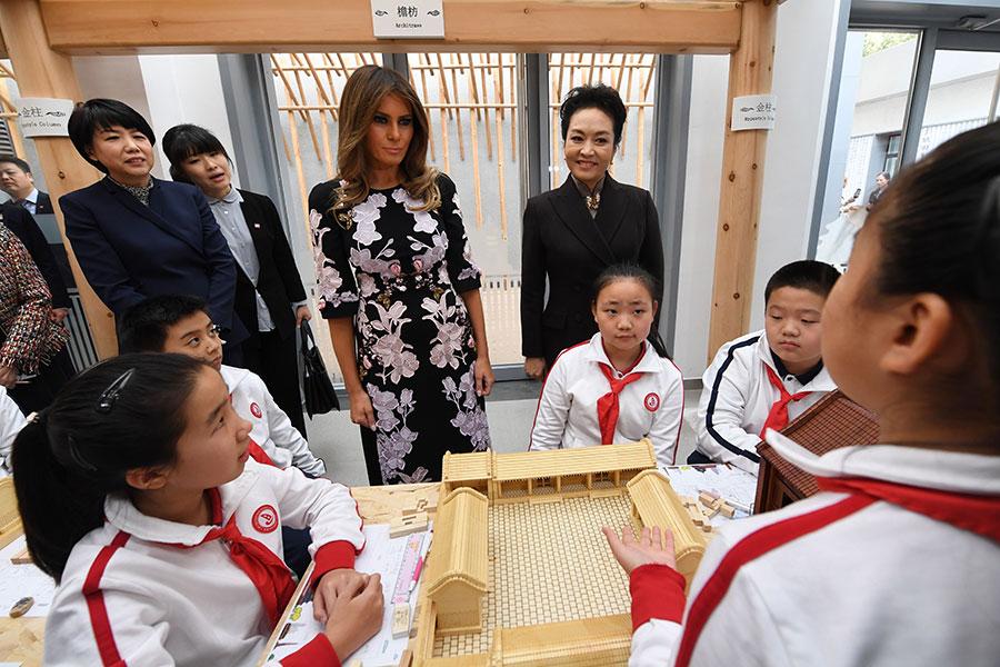 美國第一夫人梅拉尼婭在習近平夫人彭麗媛的陪同下參觀位於北京東城區的板廠小學。(GREG BAKER/AFP/Getty Images)