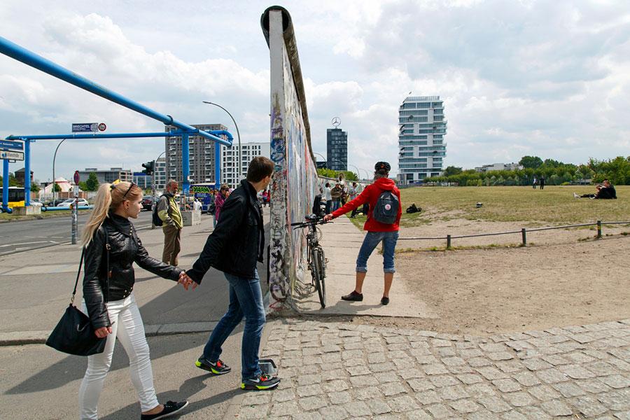 柏林還保留了一段柏林牆供人參觀,從它的橫切面,人們不難分辨哪邊是東哪邊是西。(Elisa Santoro/iStock)
